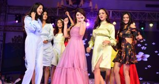 models-presented-the-upcoming-trends-of-fashion-on-the-ramp-with-cricketers